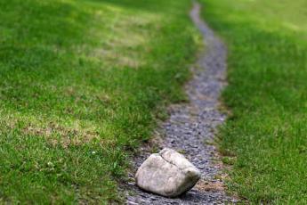 Камень на тропинке