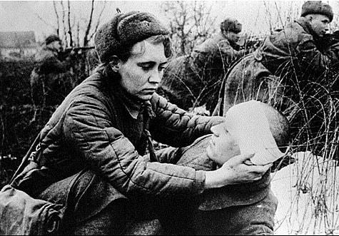 Медсестра помогает солдату